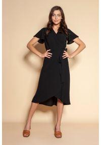 e-margeritka - Sukienka kopertowa asymetryczna midi czarna - 36. Kolor: czarny. Materiał: tkanina, materiał, poliester. Długość rękawa: krótki rękaw. Typ sukienki: asymetryczne, kopertowe. Styl: elegancki. Długość: midi