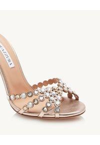 AQUAZZURA - Złote sandały z kryształami Tequila. Zapięcie: pasek. Kolor: złoty. Wzór: aplikacja, paski. Obcas: na obcasie. Wysokość obcasa: średni