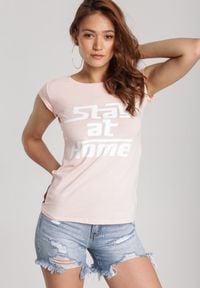 Renee - Jasnoróżowy T-shirt Loraisea. Kolor: różowy