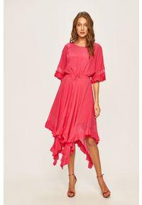 Różowa sukienka TwinSet asymetryczna, midi, z asymetrycznym kołnierzem