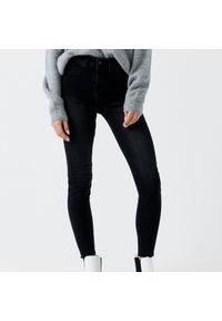 Cropp - Jeansy skinny z niskim stanem - Szary. Stan: obniżony. Kolor: szary