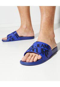 Versace Jeans Couture - VERSACE JEANS COUTURE - Fioletowe klapki z logo. Nosek buta: okrągły. Kolor: niebieski. Obcas: na płaskiej podeszwie