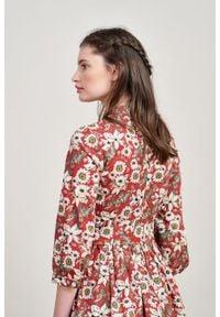 Marie Zélie - Sukienka Aglaia Daglezja czerwona. Typ kołnierza: kołnierzyk stójkowy. Kolor: czerwony. Materiał: materiał, bawełna, elastan. Wzór: kwiaty