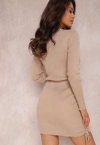 Renee - Beżowa Sukienka Haidiala. Kolor: beżowy. Materiał: dzianina, skóra, prążkowany. Długość rękawa: długi rękaw. Wzór: jednolity. Styl: klasyczny. Długość: mini