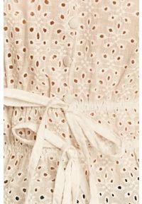 Biała bluzka Answear Lab z krótkim rękawem, krótka, w ażurowe wzory, wakacyjna