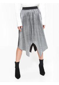 TOP SECRET - Srebrna plisowana spódnica o asymetrycznym kroju. Okazja: na co dzień. Kolor: srebrny. Materiał: tkanina. Sezon: lato, wiosna. Styl: casual, elegancki