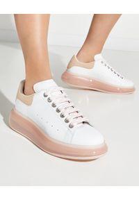 Alexander McQueen - ALEXANDER MCQUEEN - Skórzane sneakersy z różową podeszwą. Nosek buta: okrągły. Kolor: biały. Materiał: skóra