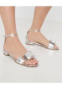 NANDO MUZI - Metaliczne sandały ze skóry z kryształem. Okazja: na co dzień. Zapięcie: pasek. Kolor: srebrny. Materiał: skóra. Styl: casual