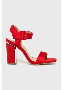 Czerwone sandały Truffle Collection na średnim obcasie, na klamry, na szpilce
