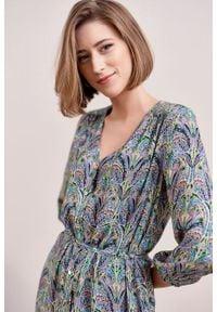 Marie Zélie - Sukienka Lila Intya. Typ kołnierza: dekolt w kształcie V. Materiał: wiskoza. Typ sukienki: proste. Styl: elegancki