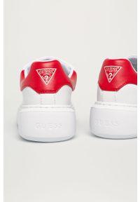 Białe buty sportowe Guess na obcasie, na sznurówki, z cholewką, na średnim obcasie