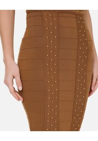 Elisabetta Franchi - ELISABETTA FRANCHI - Brązowa dzianinowa sukienka z dekoltem. Kolor: brązowy. Materiał: dzianina. Wzór: aplikacja. Typ sukienki: dopasowane. Długość: midi