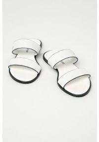Białe klapki Calvin Klein Jeans gładkie, bez obcasa
