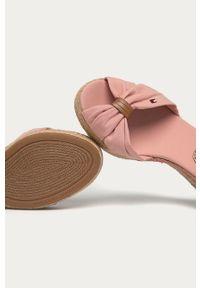 Różowe sandały TOMMY HILFIGER na koturnie, na średnim obcasie, na klamry