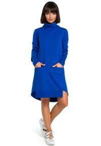 Niebieska sukienka dzianinowa MOE asymetryczna, z asymetrycznym kołnierzem