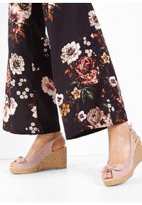 Różowe sandały bonprix z paskami, na koturnie