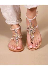 MYSTIQUE SHOES - Różowe sandały Coconut Beach. Kolor: beżowy. Materiał: zamsz. Wzór: aplikacja