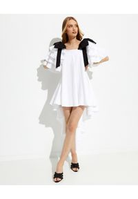 CAROLINE CONSTAS - Asymetryczna sukienka Fiona. Typ kołnierza: kokarda. Kolor: biały. Typ sukienki: asymetryczne. Długość: mini