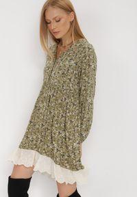 Born2be - Zielona Sukienka Ferethe. Okazja: na co dzień. Kolor: zielony. Wzór: kwiaty, aplikacja, ażurowy, nadruk. Styl: boho, klasyczny, elegancki, casual. Długość: mini