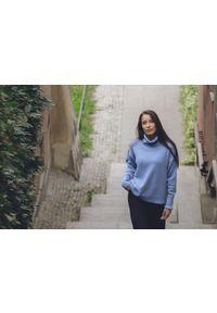 Niebieski sweter VEVA w kolorowe wzory, klasyczny, z golfem, na spotkanie biznesowe