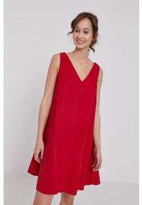 medicine - Medicine - Sukienka Essential. Kolor: czerwony. Materiał: tkanina. Długość rękawa: na ramiączkach. Wzór: gładki