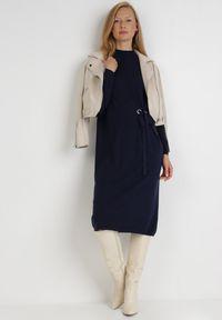 Born2be - Granatowa Sukienka Galeope. Okazja: na co dzień. Kolor: niebieski. Materiał: dzianina. Długość rękawa: długi rękaw. Wzór: jednolity. Typ sukienki: proste. Styl: klasyczny, casual. Długość: midi