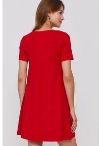 United Colors of Benetton - Sukienka. Kolor: czerwony. Materiał: dzianina. Długość rękawa: krótki rękaw. Wzór: gładki. Typ sukienki: rozkloszowane