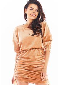 Awama - Welurowa Sukienka Nietoperz z Marszczonym Dołem - Beżowa. Kolor: beżowy. Materiał: welur