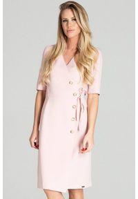 Figl - Kopertowa sukienka midi z ozdobnymi guzikami różowa. Okazja: do pracy. Kolor: różowy. Typ sukienki: kopertowe. Styl: elegancki. Długość: midi