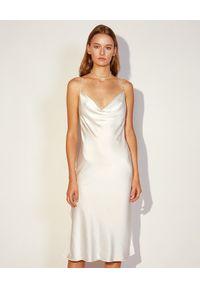 JENESEQUA - Biała jedwabna sukienka Nancy. Kolor: biały. Materiał: jedwab. Długość rękawa: na ramiączkach. Typ sukienki: dopasowane. Długość: midi