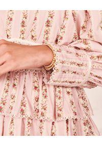 LOVE SHACK FANCY - Różowa sukienka w kwiaty Astor. Okazja: na wesele, na ślub cywilny. Kolor: różowy, wielokolorowy, fioletowy. Materiał: len, koronka. Długość rękawa: długi rękaw. Wzór: kwiaty. Długość: mini