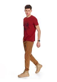 Czerwony t-shirt TOP SECRET na wiosnę, z nadrukiem