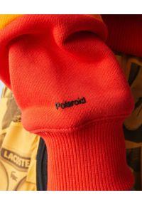 Lacoste - LACOSTE - Bawełniana tęczowa bluza. Kolor: czerwony. Materiał: bawełna. Wzór: kolorowy, haft, aplikacja. Sezon: wiosna. Styl: sportowy, klasyczny