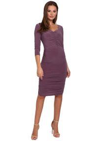 MAKEOVER - Wrzosowa Dopasowana Sukienka Midi ze Zmysłowym Dekoltem. Kolor: fioletowy. Materiał: poliester, elastan. Długość: midi