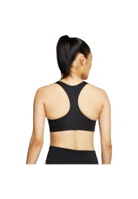 Biustonosz sportowy Nike Swoosh Futura BV3643. Materiał: skóra, materiał, poliester. Technologia: Dri-Fit (Nike). Wzór: gładki. Sport: fitness, bieganie, tenis
