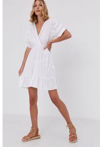 Answear Lab - Sukienka. Kolor: biały. Materiał: tkanina, koronka. Długość rękawa: krótki rękaw. Wzór: gładki. Typ sukienki: rozkloszowane. Styl: wakacyjny