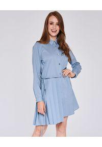 THECADESS - Niebieska sukienka koszulowa Siena. Okazja: do pracy, na spotkanie biznesowe. Typ kołnierza: kołnierzyk klasyczny. Kolor: niebieski. Długość rękawa: długi rękaw. Typ sukienki: koszulowe. Styl: wizytowy, klasyczny, biznesowy. Długość: mini