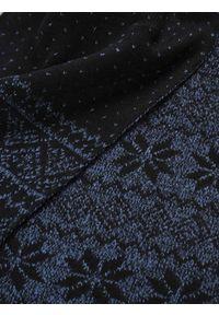 TOP SECRET - Szalik z zimowym motywem. Kolor: niebieski. Materiał: tkanina. Sezon: zima. Styl: elegancki
