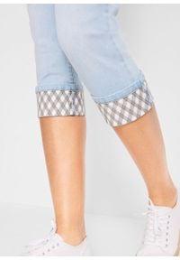 """Rybaczki dżinsowe """"authentic"""" z kolorowym mankietem bonprix jasnoniebieski w kratę. Stan: podwyższony. Kolor: niebieski. Wzór: kolorowy"""