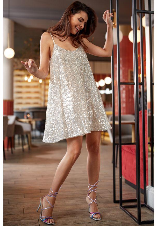 e-margeritka - Sukienka cekinowa mini beżowa - m. Okazja: na sylwestra, na imprezę, na karnawał. Kolor: beżowy. Materiał: jersey, poliester, elastan. Długość rękawa: na ramiączkach. Typ sukienki: rozkloszowane. Długość: mini