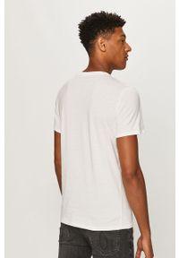 Biały t-shirt Guess Jeans z nadrukiem, casualowy, na co dzień