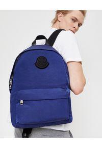 MONCLER - Niebieski plecak. Kolor: niebieski. Materiał: puch, materiał. Wzór: aplikacja. Styl: wakacyjny