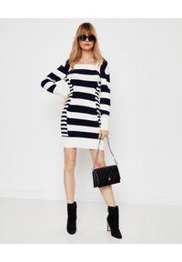 Alexander McQueen - ALEXANDER MCQUEEN - Dzianinowa sukienka w paski. Typ kołnierza: dekolt kwadratowy. Kolor: czarny. Materiał: dzianina. Długość rękawa: długi rękaw. Wzór: paski. Typ sukienki: proste. Długość: mini