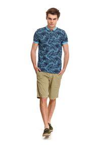 TOP SECRET - T-shirt polo wzorzyste ze stójką. Okazja: na co dzień. Typ kołnierza: polo, kołnierzyk stójkowy. Kolor: niebieski. Długość: krótkie. Sezon: lato. Styl: casual