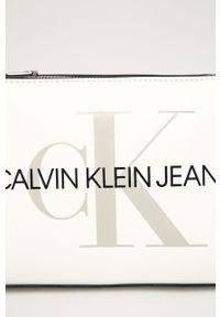 Biała listonoszka Calvin Klein Jeans mała, na ramię, z nadrukiem