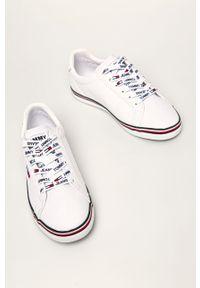 Białe tenisówki Tommy Jeans na obcasie, na średnim obcasie, z cholewką, na sznurówki
