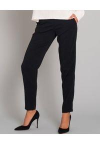 SEDUCTIVE - Eleganckie spodnie z połyskującymi lampasami. Okazja: na spotkanie biznesowe, na imprezę. Kolor: czarny. Materiał: guma, materiał. Sezon: lato. Styl: elegancki