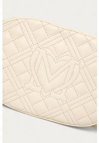 Love Moschino - Torebka JC4207PP0CKA0110. Kolor: beżowy. Materiał: pikowane. Rodzaj torebki: na ramię