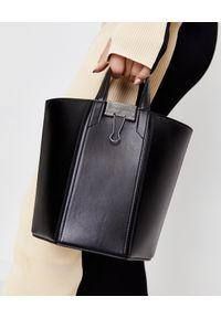 OFF-WHITE - Skórzana torba typu worek. Kolor: czarny. Wzór: aplikacja. Materiał: skórzane. Styl: klasyczny. Rodzaj torebki: przez ramię