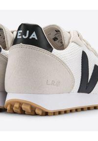 Veja - VEJA - Beżowe sneakersy SDU. Kolor: czarny. Materiał: zamsz, materiał, guma. Wzór: napisy, aplikacja. Sezon: lato